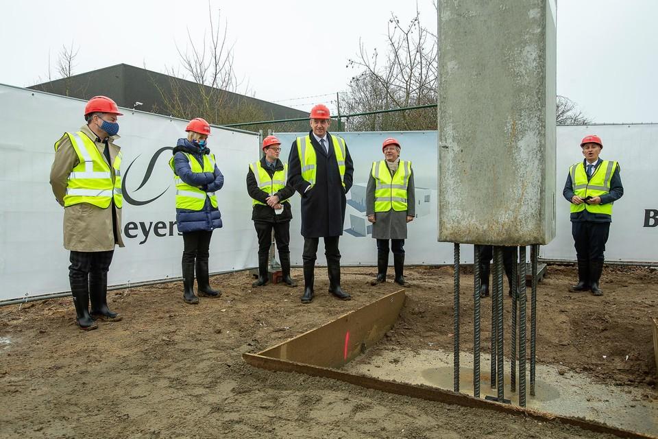 Burgemeester Koen Van den Heuvel, minister Hilde Crevits en minister-president Jan Jambon legden samen met de directie van Beyers koffie de symbolische eerste steen.