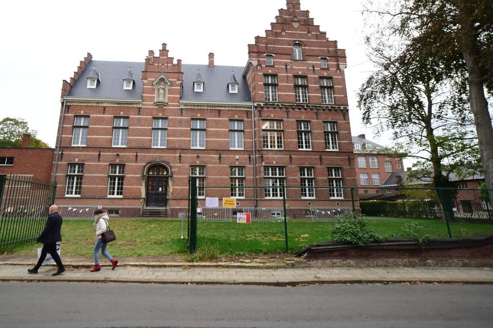 Het 'klein' Heilig Graf wil van het eeuwenoude gebouw een moderne lagere school maken.