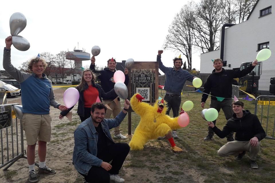 Ruben De Swaef, Veerle Lemmens, Manu Moons, Jasper Hendrickx (vooraan), Nino Symons (kip), Nico Derwael, Jef Hermans en Roeland Ruelens (vooraan) hebben duidelijk zin in een feestje.
