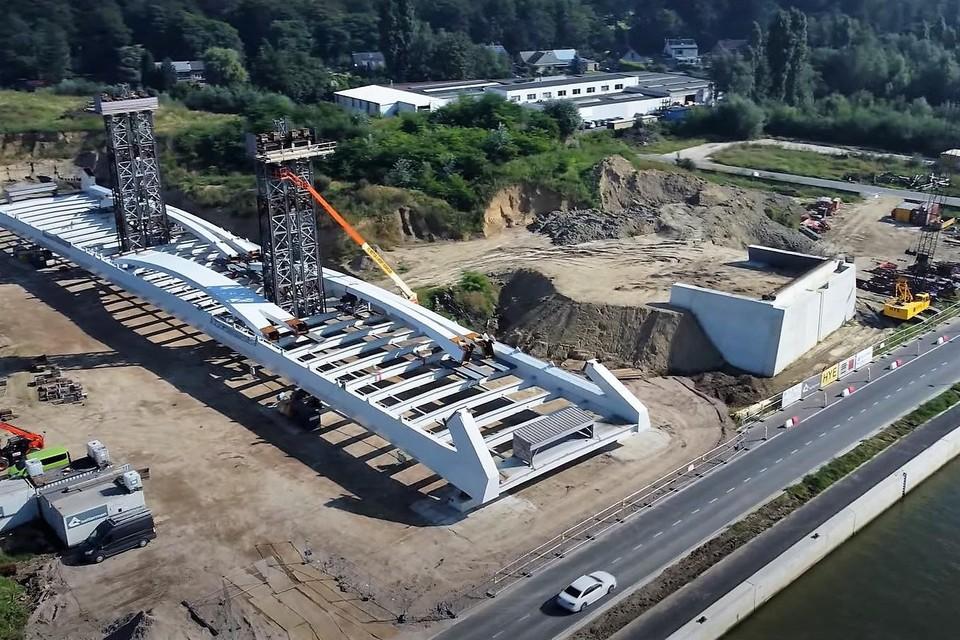 De brug werd onlangs aangevoerd en wordt op de oever in Schoten klaargemaakt voor montage.