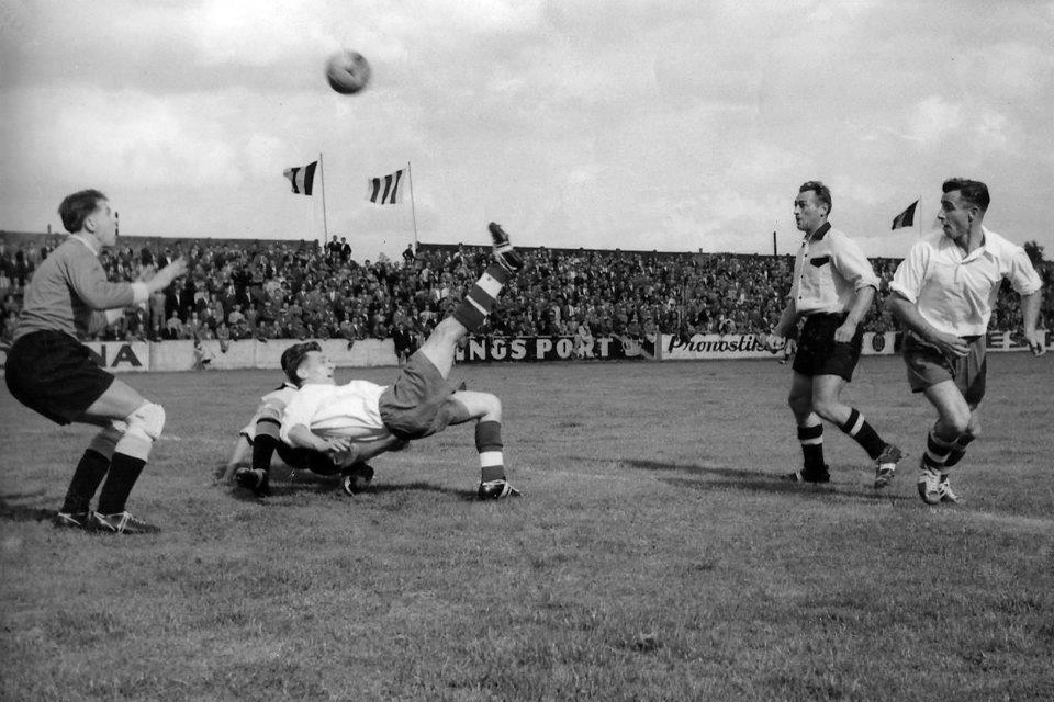 In dit duel uit 1955 speelden de geel-zwarte Leeuwen van Berchem hun tegenspelers van naar huis met 3-1.