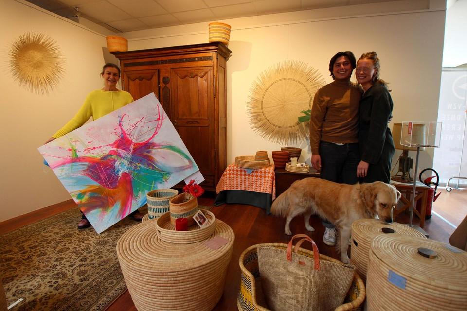 Kunstenares Carine Van Hee met Michaël en Camille van Mambo Baskets.