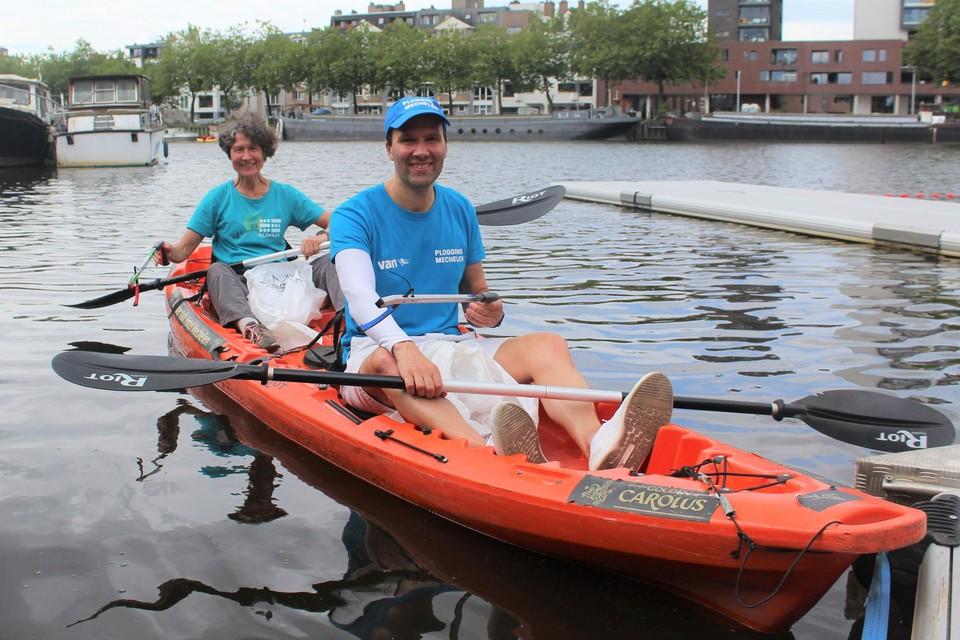 Tris Segers van Klimaan en Xavier Cloetens van Plogging Mechelen namen de kajak om zwerfvuil uit het Keerdok te halen.