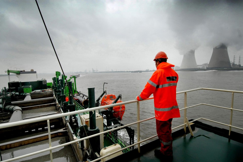 Het baggerschip Brabo van het Zwijndrechtse Deme baggert de Schelde uit.