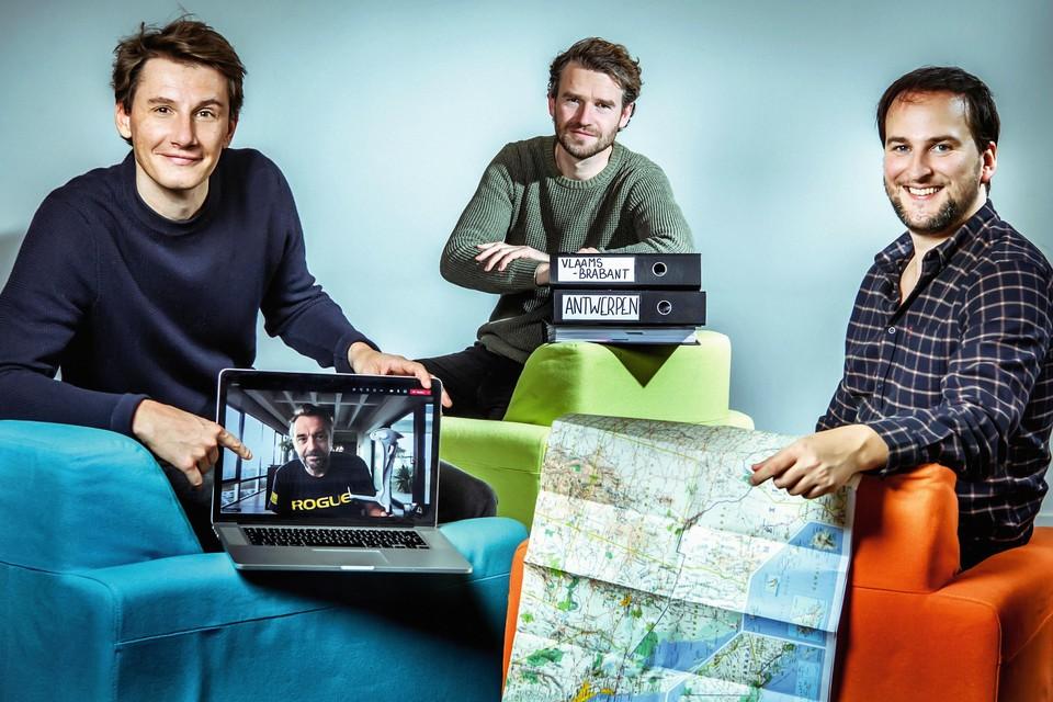 """Het -team: eindredacteur Tomas (links), regisseur Bert (midden) en redacteur Jonas. """"We hebben samen al in hachelijke situaties gezeten"""", zegt Tom Waes. """"Maar voor de band is dat niet slecht."""""""