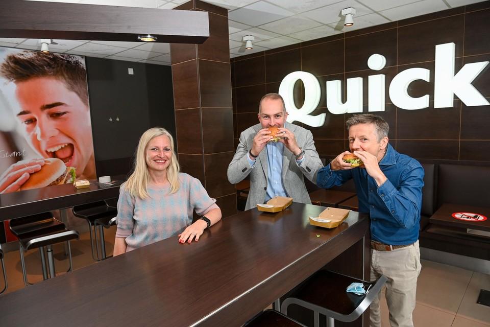 Kevin Derycke (midden) CEO van Quick, en Piet Vandenbussche (r), uitbater van de restaurants in Schoten en Kapellen, kregen voor hun gouden jubileum onder meer felicitaties van de Schotense schepen Véronique D'Exelle.