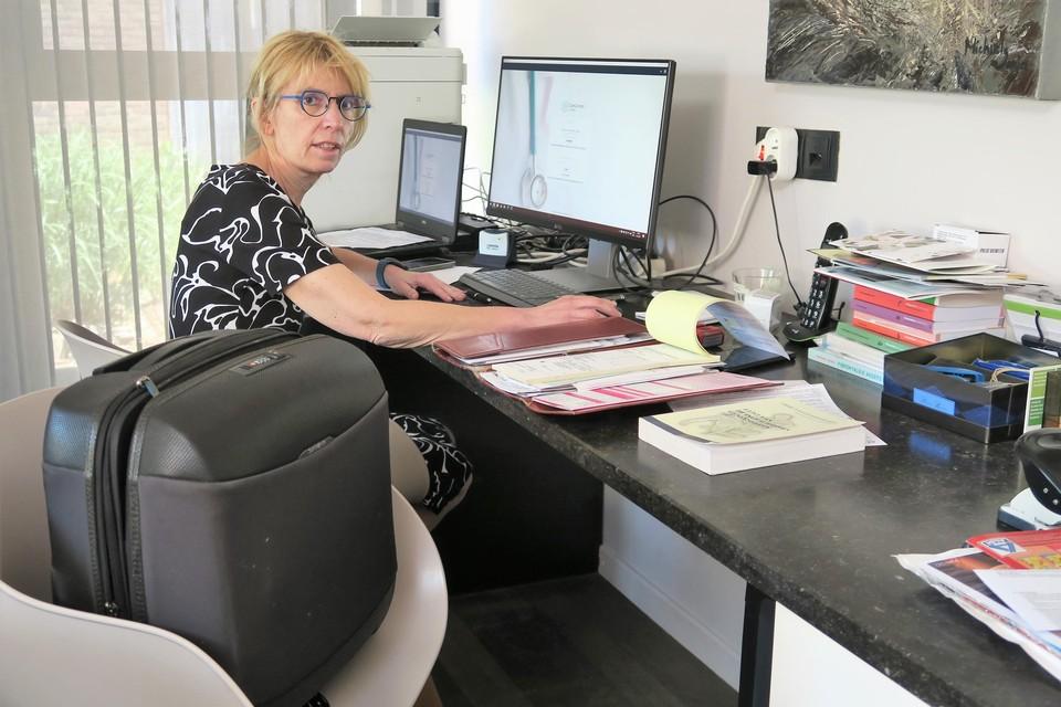 Met de moed der wanhoop probeert de sterk verzwakte Elke Van Vlimmeren nu zo veel mogelijk van haar patiënten onder te brengen bij collega-huisartsen in Wommelgem, al moeten sommigen hun toevlucht zoeken tot Ranst, Wijnegem en andere randgemeenten.
