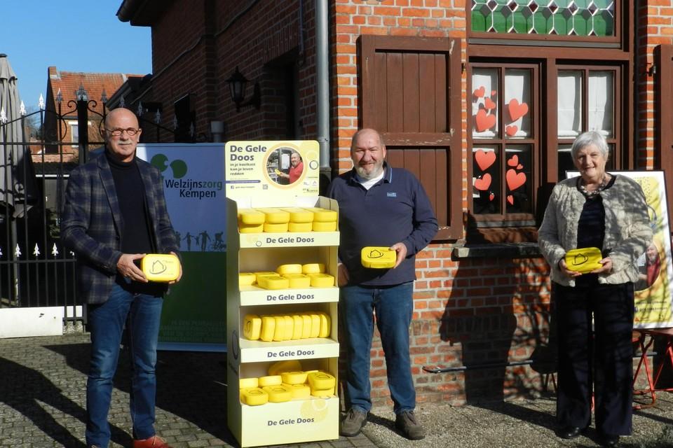 Ronny Jansen (midden) mocht in gezelschap van Wilfried Van Opstal en Rosette Broeckx de eerste gele doos in de Kempen in ontvangst nemen.