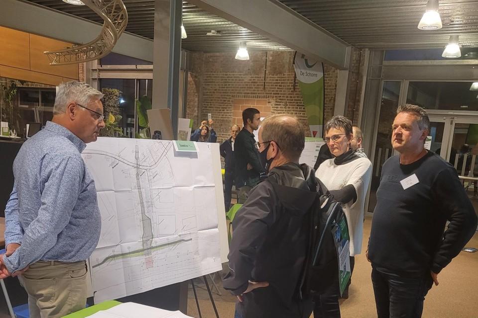 Gert Van de Genachte (rechts) en buurtbewoners krijgen uitleg van Christian Houdendijcke van Lantis.