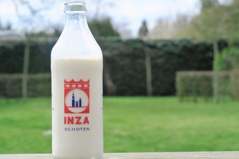 De iconische Inza-melkfles met het oude logo.