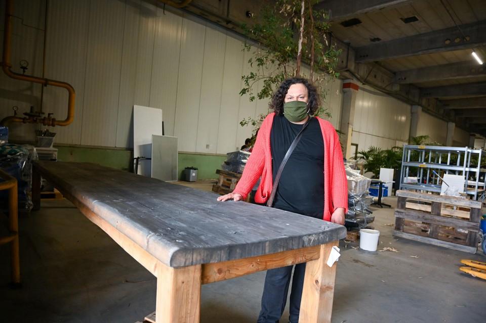 Dirk Victor Caluwaerts (46) heeft een camion geboekt om zijn tafel van 5,5 meter thuis te krijgen.