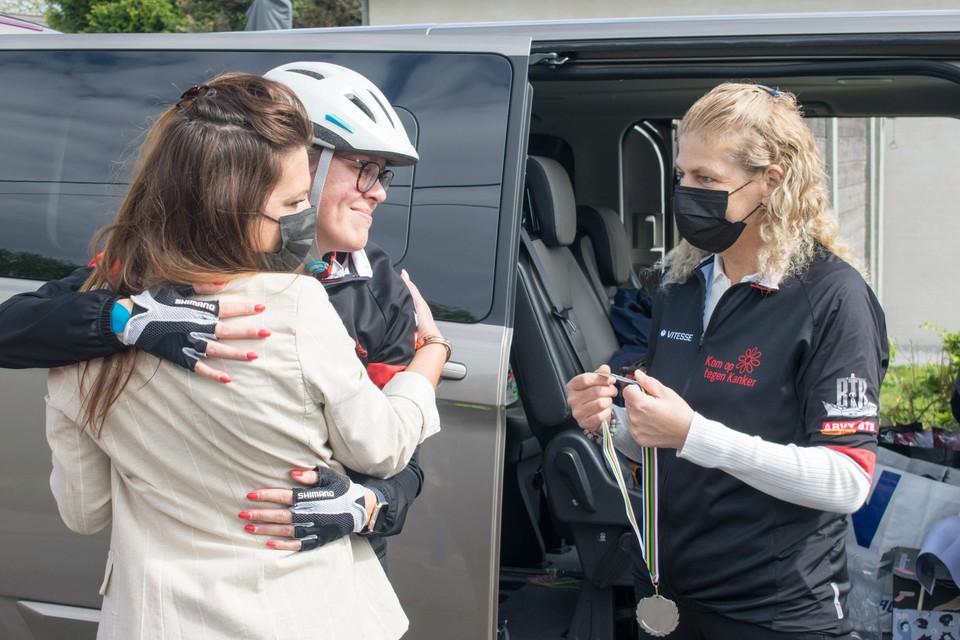 """Franks partner Eva Deboeck (links) tekende ook present voor de rit. """"Frank zou niet willen dat we bij de pakken blijven zitten"""", zegt ze."""