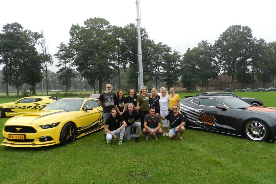 Enkele leden van vzw Passion for Cars tussen enkele wagens van het merk Camaro.