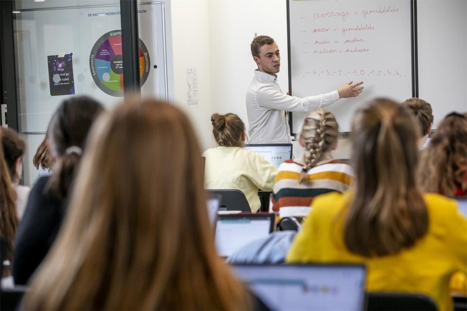 Nick De Schutter geeft nog wat uitleg op het bord. Daarna loggen de leerlingen in op hun laptops en beginnen ze elk aan hun oefeningen.