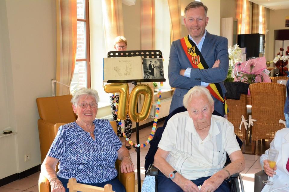 Andrée en Jacques worden in de bloemetjes gezet voor hun zeventigste huwelijksverjaardag.