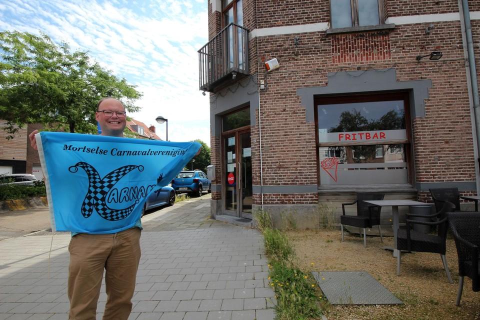 Kevin, met de eerste vlag van Karnamor, aan het pand waar vroeger Café Moderne was.