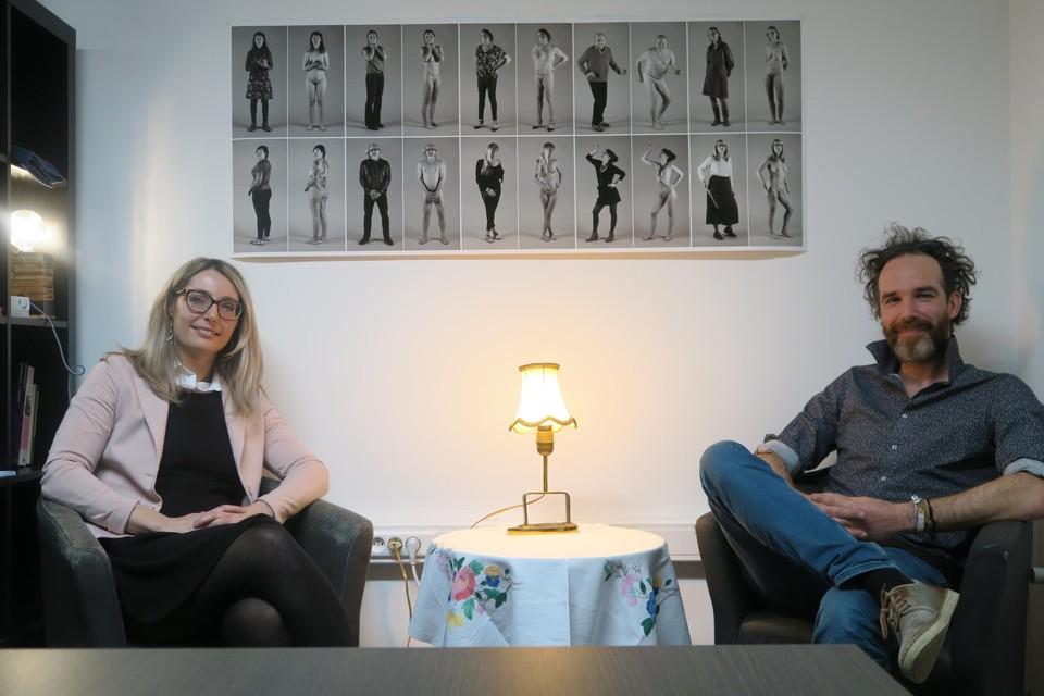 Initiatiefnemer Elisabeth Falleyn en fotograaf Emanuel Maes bij de collage van Break-OUt-portretten.