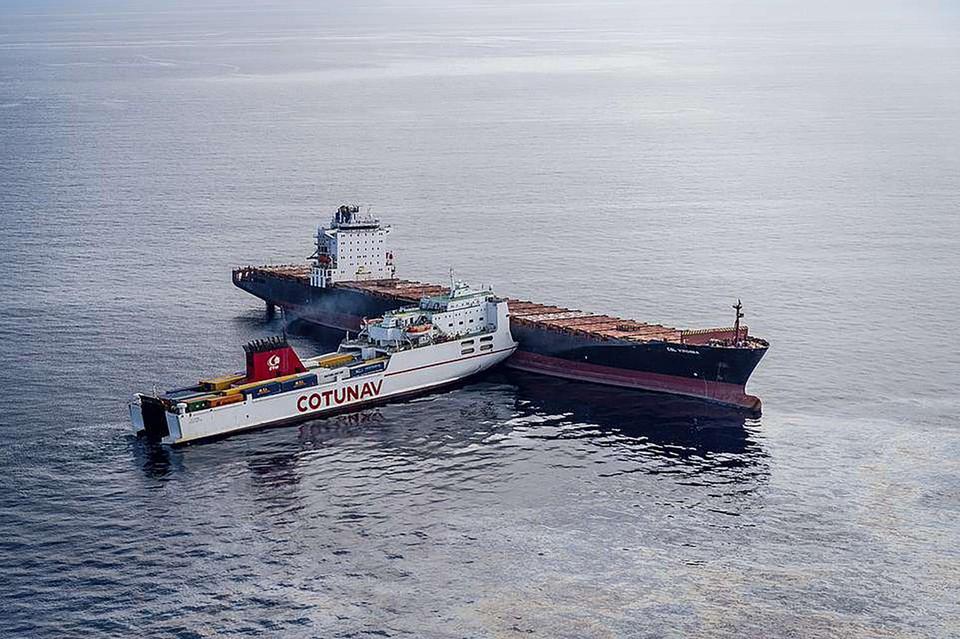 De Ulysse van de Tunesische rederij Cotunav vaarde in 2018 in de fllank van het voor anker liggende containerschip CSL Virginia voor de kust van Corsica.