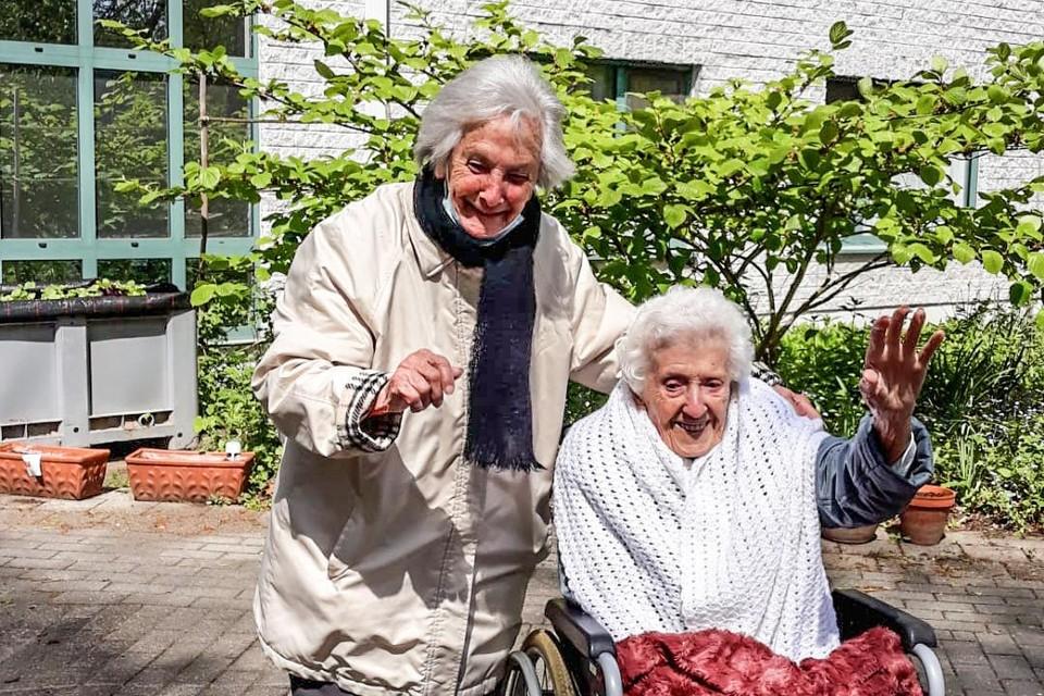 Josephine en Maria waren zichtbaar geëmotioneerd toen ze elkaar nog eens in de armen konden sluiten.