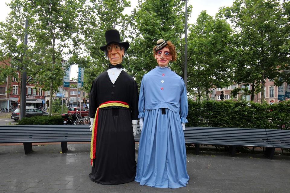 Reuzen Gust en Jetje waakten over het Gemeenteplein.
