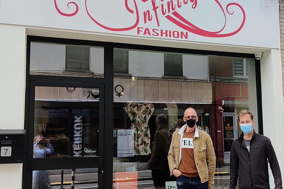 WTT-voorzitter Gert Boey (rechts) en bedenker van de Wandel Challenge Eddy Swinnen. Inschrijven kan via de website of rechtstreeks in deze winkel Infinity Fashion.