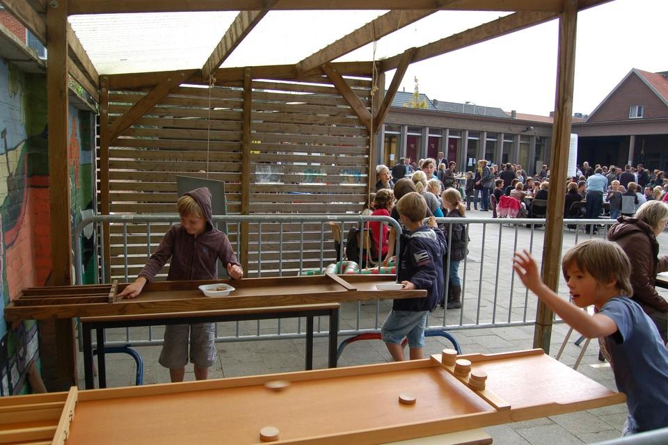 Op de speelplaats kunnen de kinderen oude volksspelen beoefenen.
