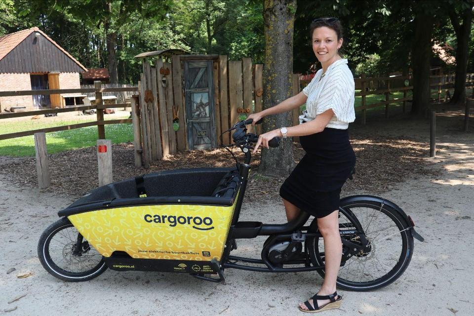Schepen van Mobiliteit Vicky Vanmarcke test de deelbakfiets uit.
