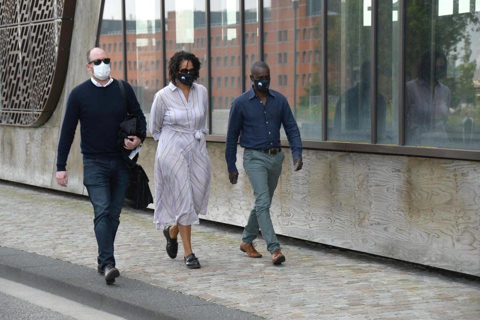 Ousmane Dia (r), de vader van Sanda, komt aan op de rechtbank.