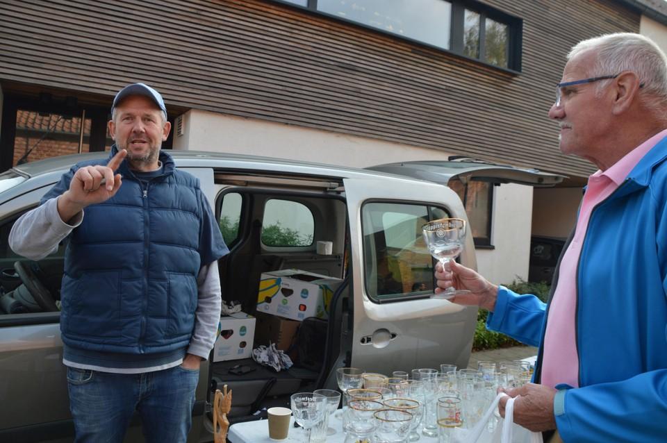 Christophe met zijn bierglazen en een tevreden verzamelaar Frans.