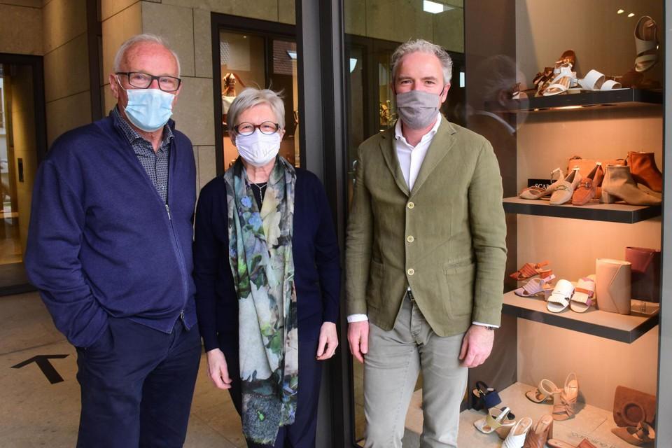 Willy De Beuckeleer, Rita Van Loock en hun zoon Bert. Zus Kirsten kan er niet bij zijn want ze is…. schoenen gaan kiezen.