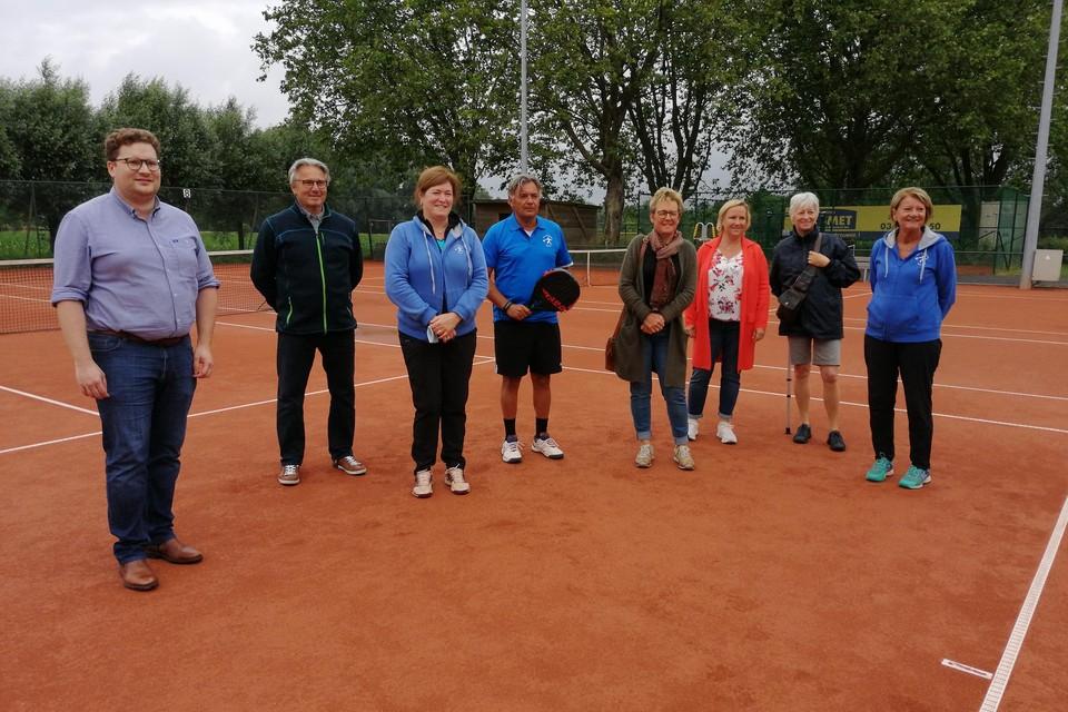 Schepen Bart Lambrecht en het SVAT-bestuur met Patrick Mommen (midden) op de tennisvelden die moeten verdwijnen.