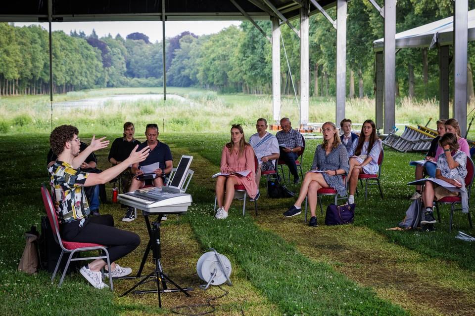 Het zangensemble repeteert de eerste nummers van de Vlaamse verzetsstrijders.