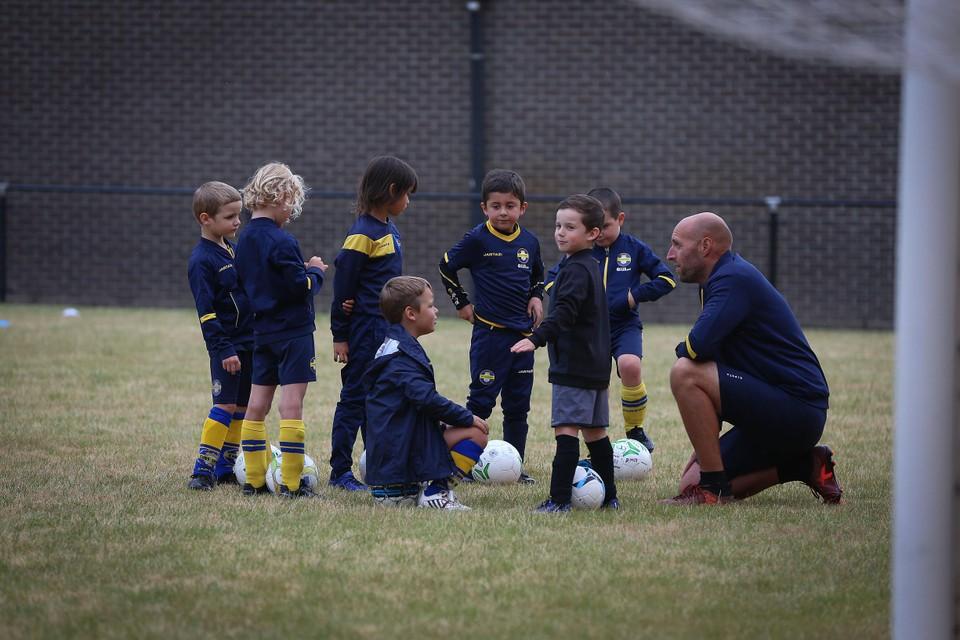 De jeugdcompetitie in het voetbal wordt stopgezet. Spelers tot U13 mogen  wel nog trainen en vriendschappelijke wedstrijden in eigen regio spelen.