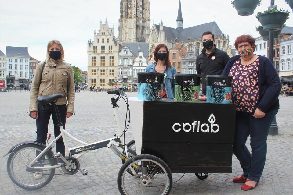 Schepenen Greet Geypen (links) en Marina De Bie (rechts) overhandigden de eerste emmers koffiegruis aan Berit Van den Bussche en Stefan van Ouytsel van Citamine.