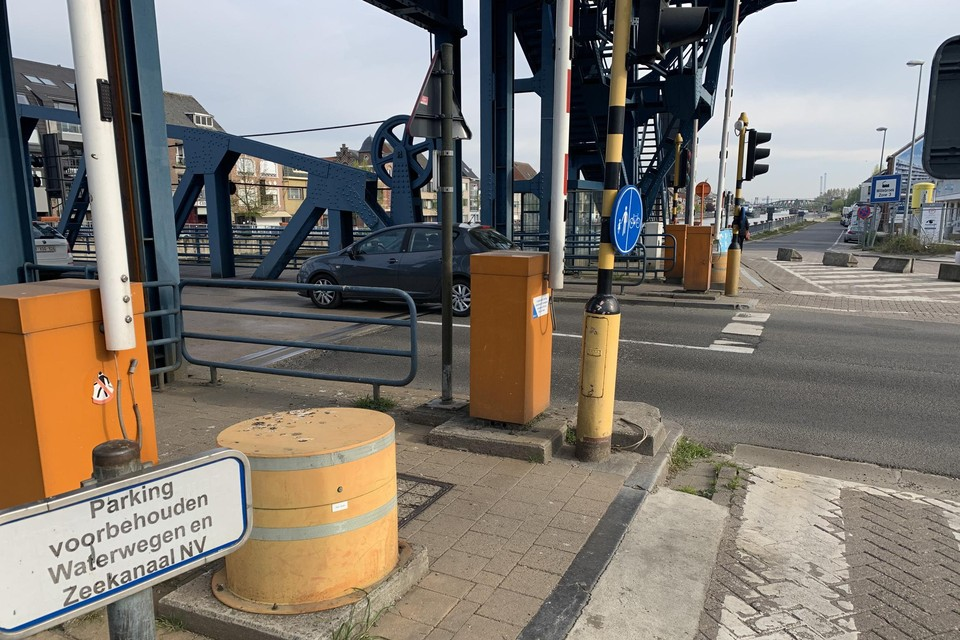 De ronde oranje obstakels worden door de Vlaamse Waterweg verwijderd. De Fabriekstraat (achteraan) wordt heraangelegd.