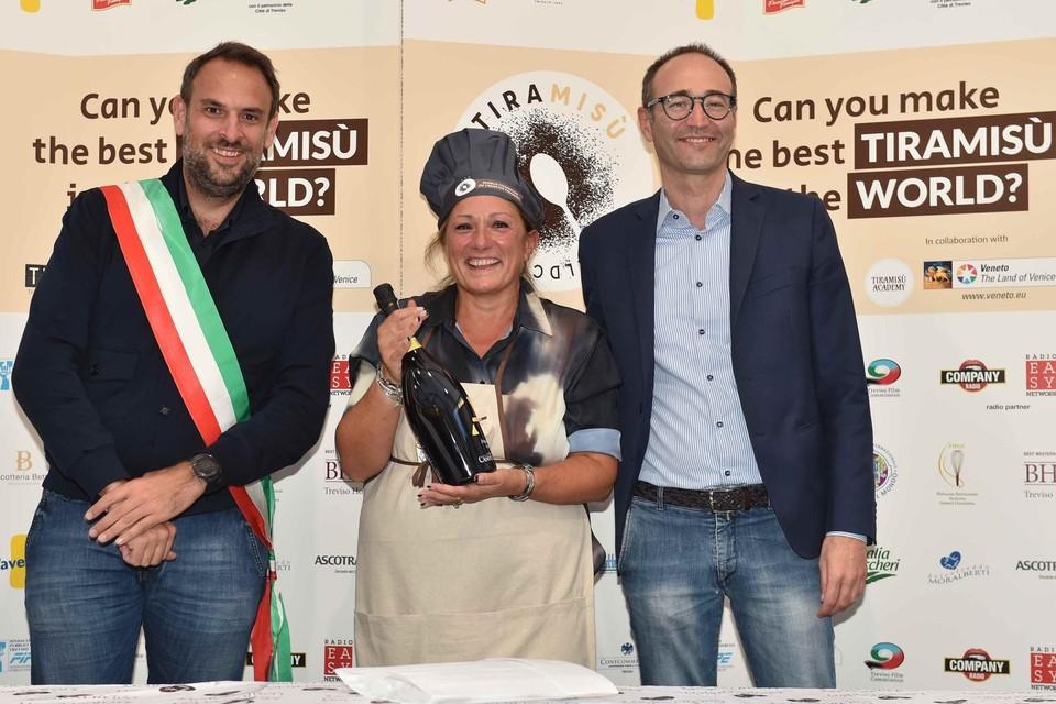Elena (midden) op de foto met de burgemeester van Treviso (links) en de organisator van de World Cup (rechts).