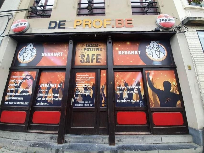 Met een boodschap op zijn ramen bedankt de cafébaas zijn klanten voor de vele jaren.