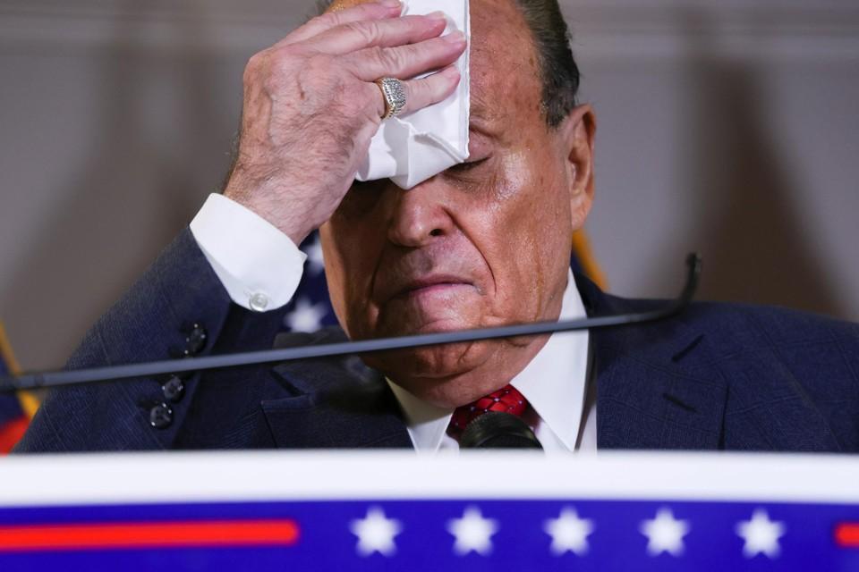 Het is zweten geblazen voor Rudy Giuliani. Als Trump valt, is ook hij al zijn macht kwijt.