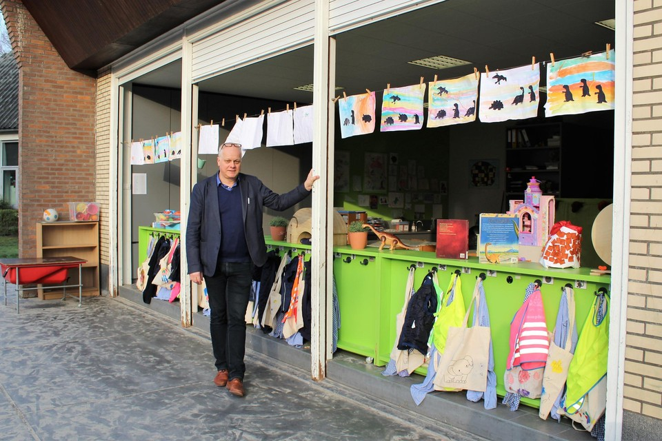 Directeur Eddy Smedts bij de oude rolluiken van zijn Sint-Ludgardisschool, die nu weldra vervangen kunnen worden.