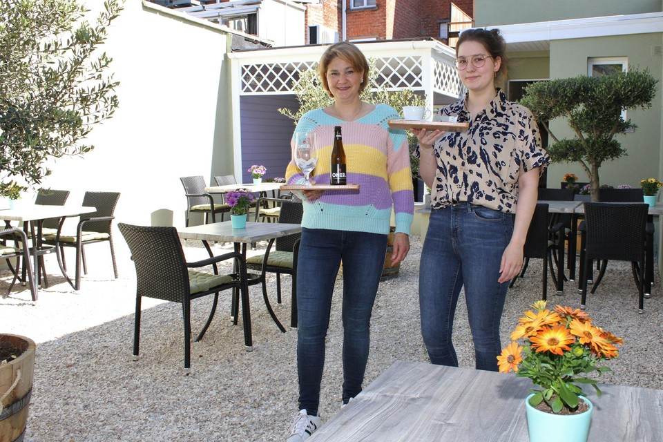 Alexandra Goedhart en Mathaika Druyts op het tuinterras.