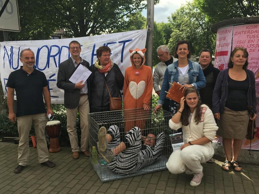 Buurtbewoners en lokale politici voerden in 2018 een ludieke actie tegen de uitbreiding van de nertsenkwekerij in Ravels.