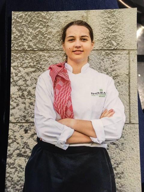 Met veel trots trok Amber Dillen haar koksuniform van Hotel- en Toerismeschool Spermalie aan voor de fotoshoot van Alles van waarde.