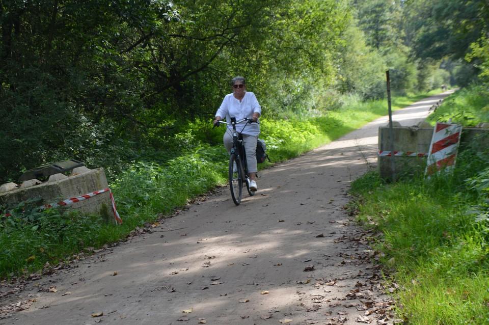 Een fietser door de opengeschoven blokken.