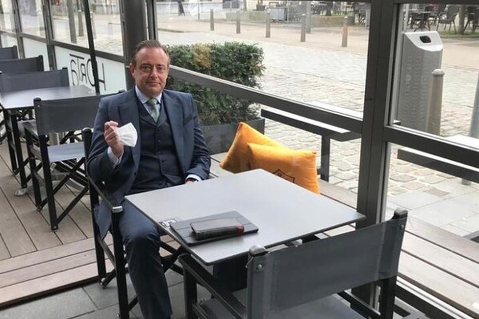 Burgemeester Bart De Wever is blij dat de terrassen weer open mogen, laat hij weten vanop het terras van Horta Grand Café.
