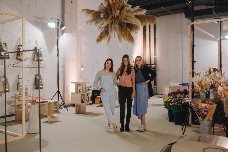 Kaat van Ellis en Eva en Noémie van MØBEL in hun pop-upwinkel in Turnova.