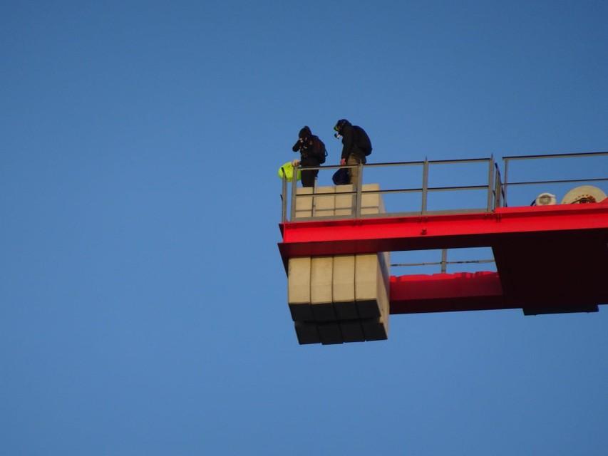 Drie lefgozers klommen net geen honderd meter omhoog en gingen toen op het betonnen tegengewicht in de lucht staan.