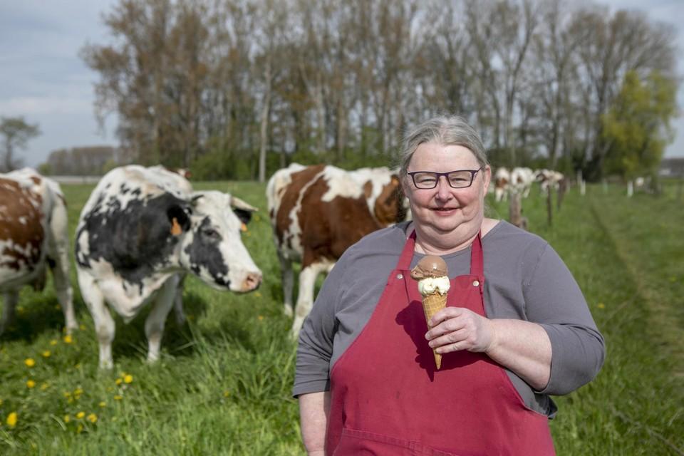 Christel Roelands maakt met hart en ziel elke dag vers hoeve-ijs van de melk van haar koeien.