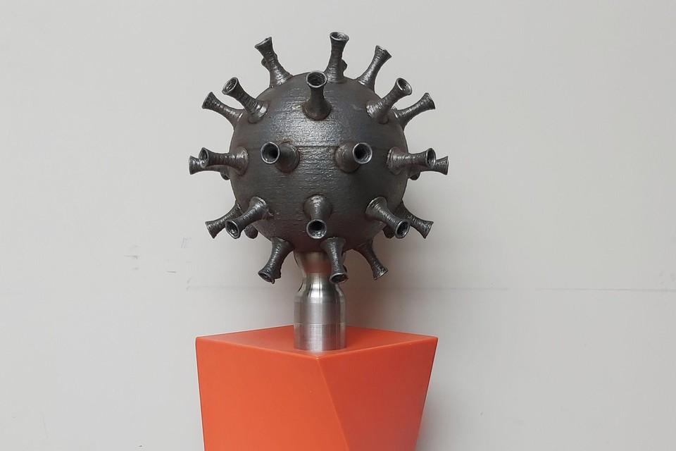 Het kunstwerk symboliseert de wereld die hard getroffen wordt door een onzichtbaar virus.