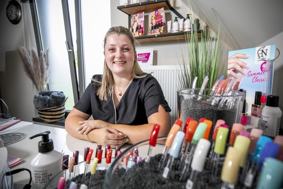 Amber biedt onder meer het plaatsen van gelnagels aan in haar salon Ambi'eauty.