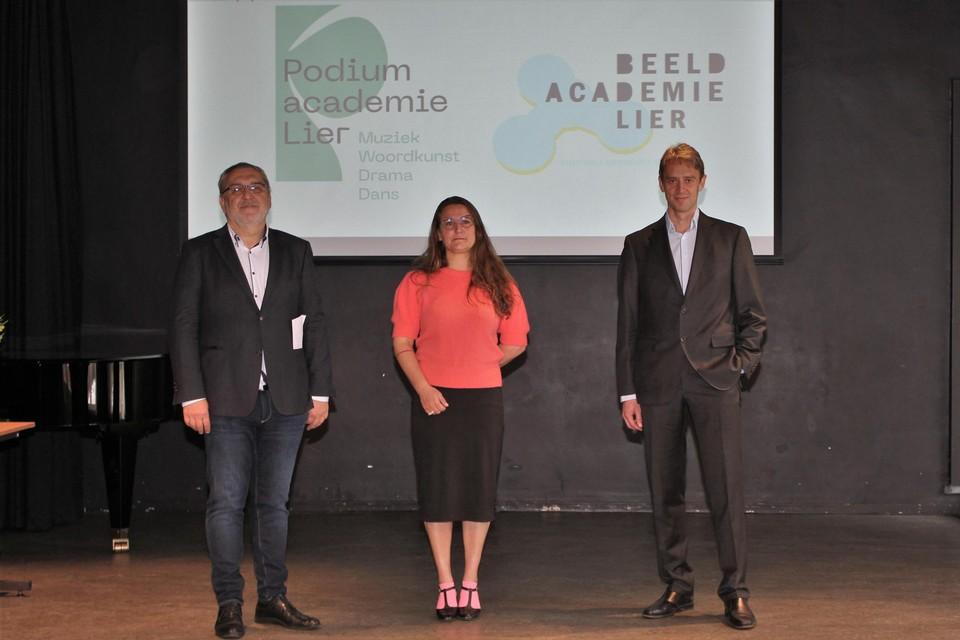 Directeurs Geert Hendrix, Liesbet Van Huysse en Erwin Scheltjens met achter hen de nieuwe logo's.